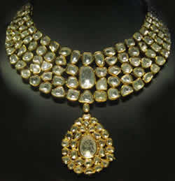Difference between kundan and polki jewelry kundan vs polki jewelry the term kundan actually means pure gold hence used for this form of jewelry the gold that is used to set the stones is melted 24 carat gold aloadofball Images